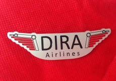 Find på et slogan til DIRA Airlines og vind 6 fl. rødvin eller en DIRA Airlines Flywing!